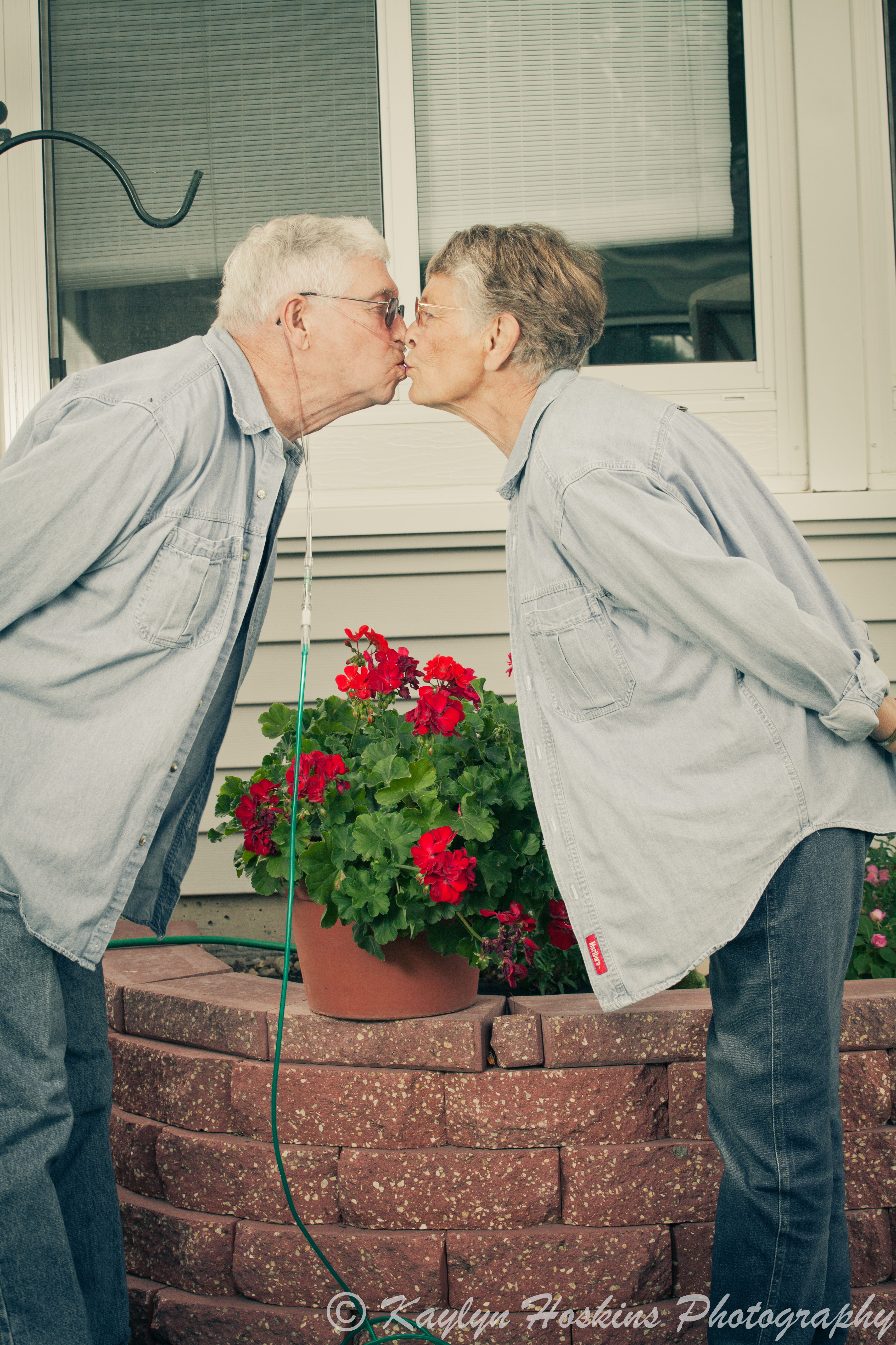 Grandparents kiss dutch style during photography session